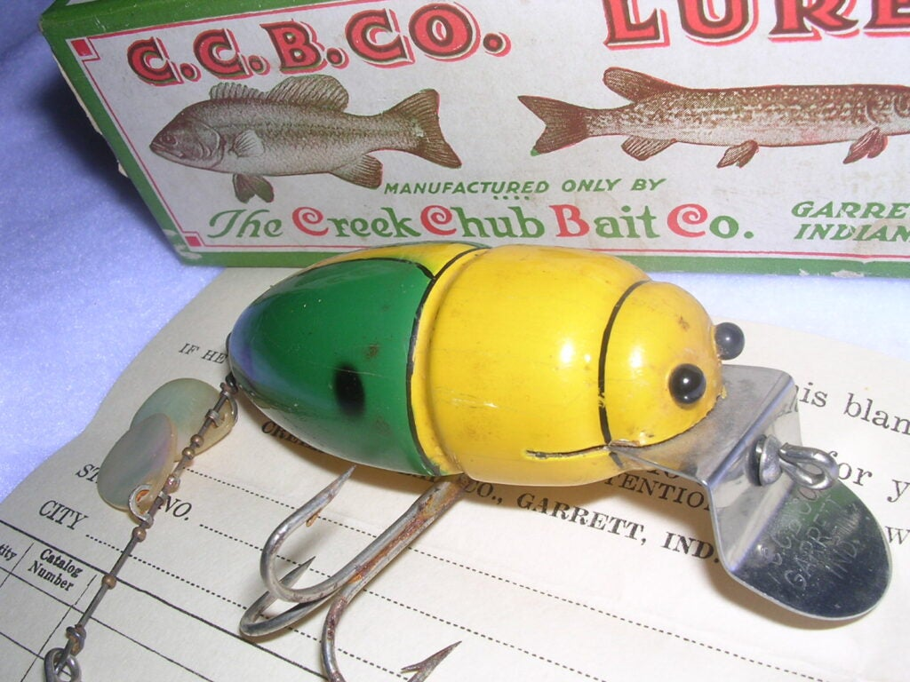The diving lip fits neatly into the notched mouth and the tail section includes two pearl spinner blades.