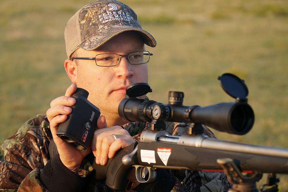 hunter checking scope with rangefinder