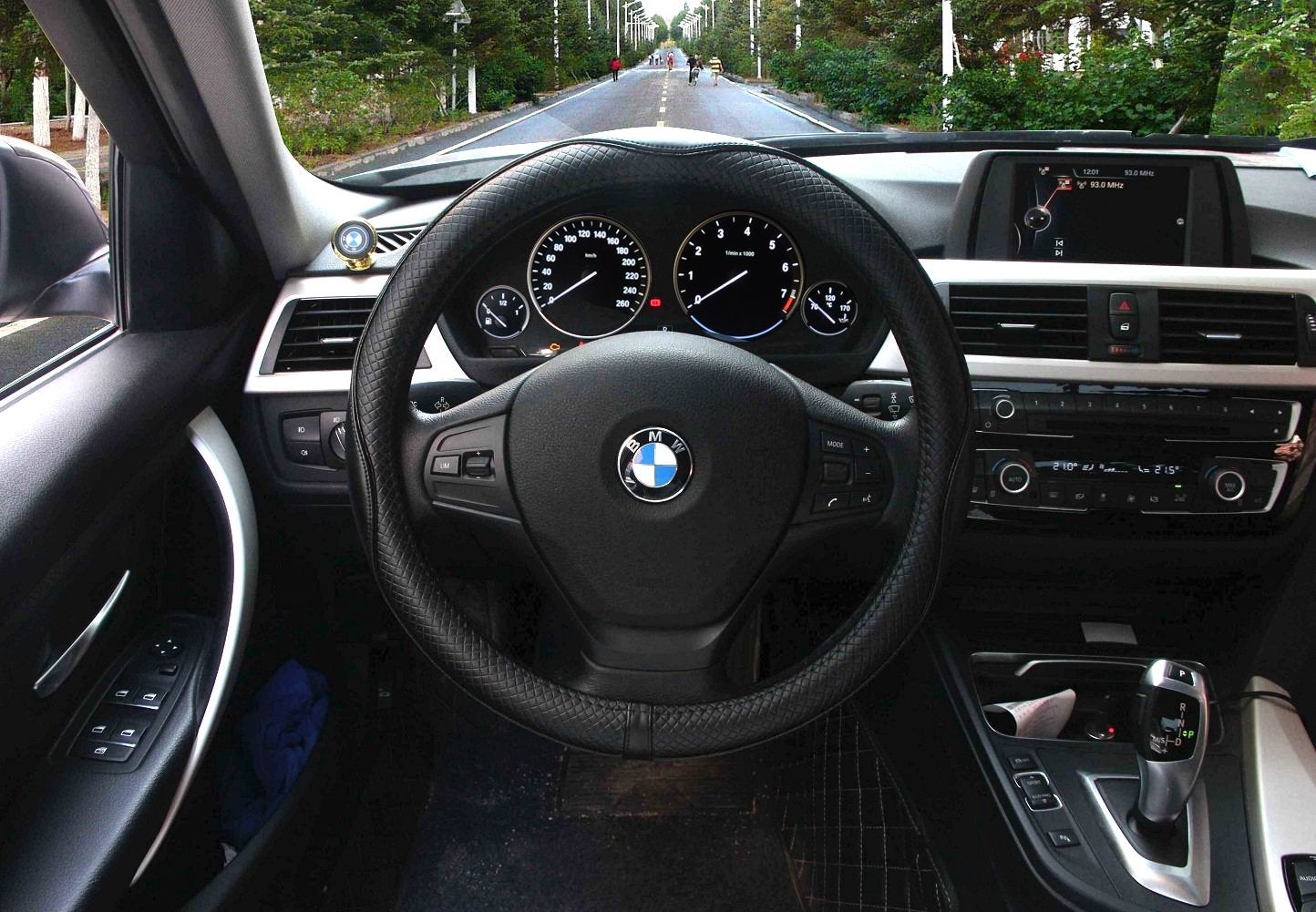 A steering wheel cover prevents hand-cramping