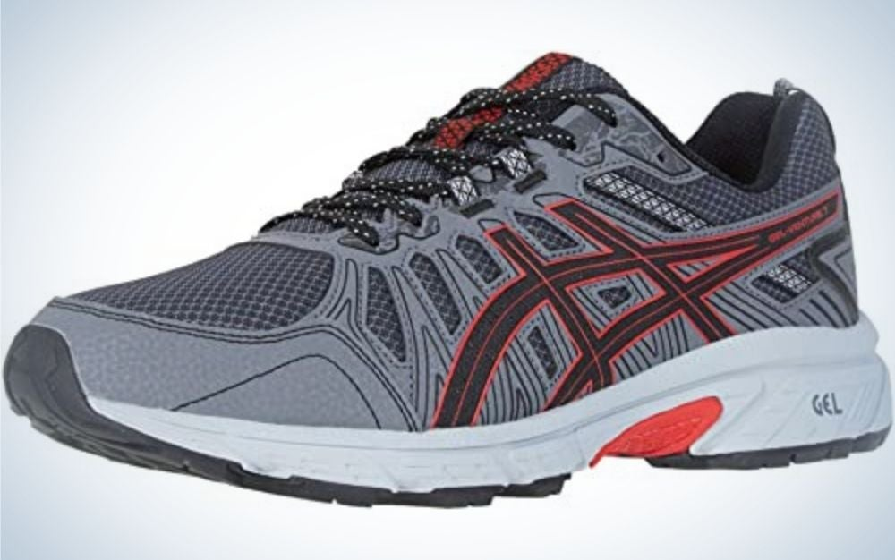 A winter sneakers in colors like gray, red and white and with a white rubber and a red part.