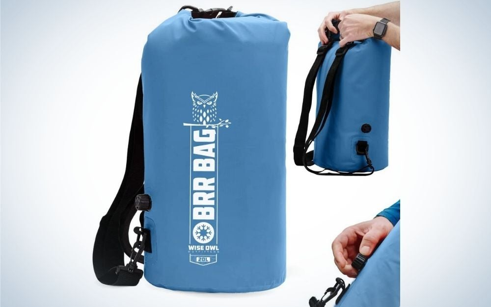 A blue bag in the shape of a cylinder and the hands of a person who shows how to open and close this bag.