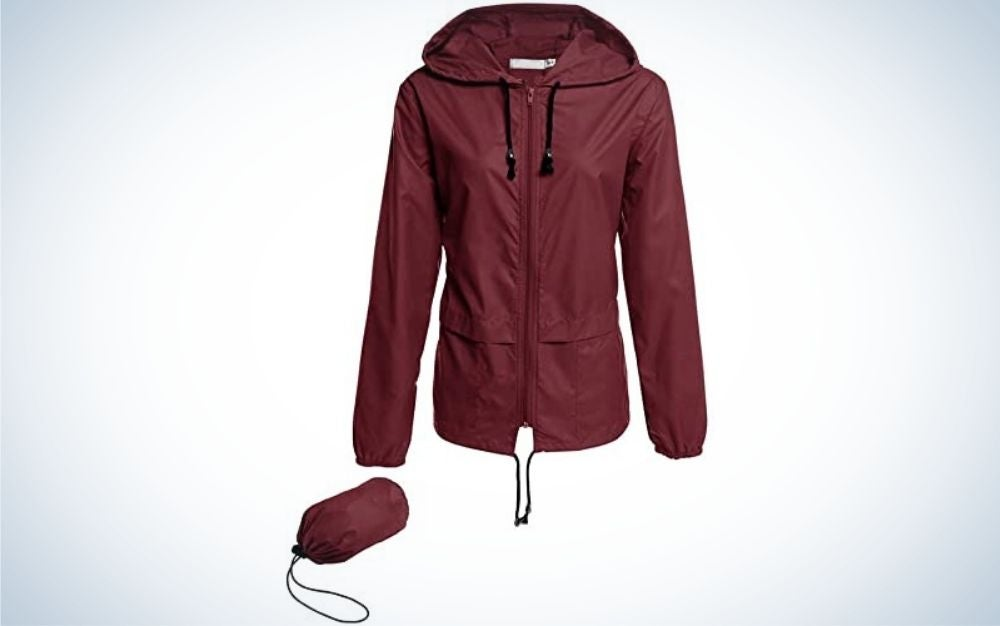 A thin jacket against the rain, cherry color and with a hood, as well as a bag for wrapping this jacket.