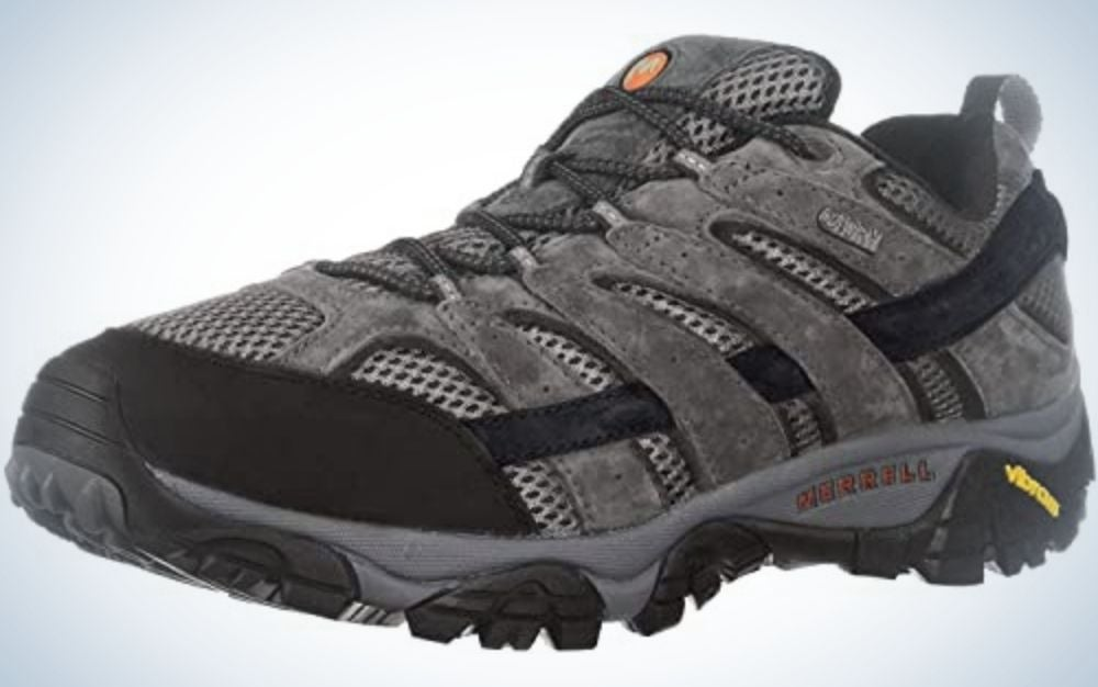 A thick winter sneakers with intertwined pieces and with bright colors like light gray and black and a thin line from the back in neon yellow color.