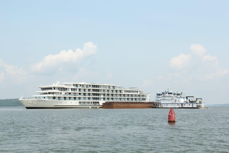 American Jazz cruise ship is stuck on Lake Barkley